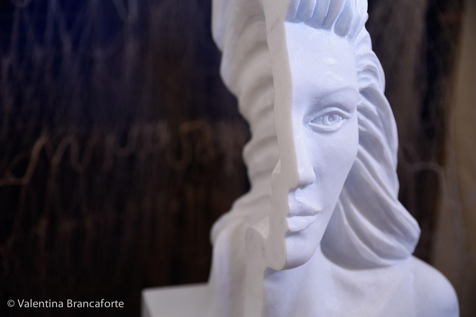 scultura metà faccia