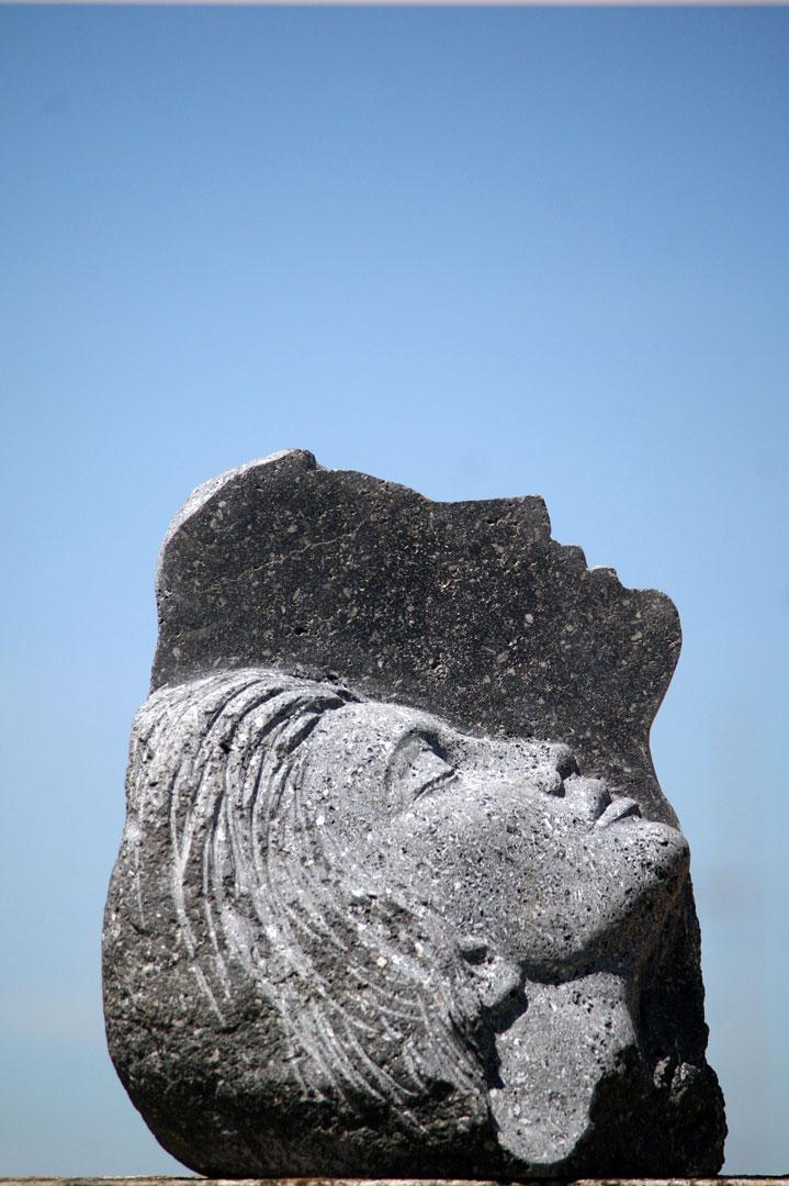 scultura pietra lavica, volto femminile