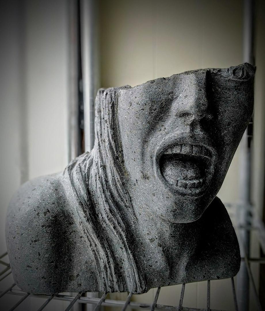scultura donna urlo